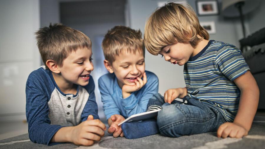 Niños jugando en la sala