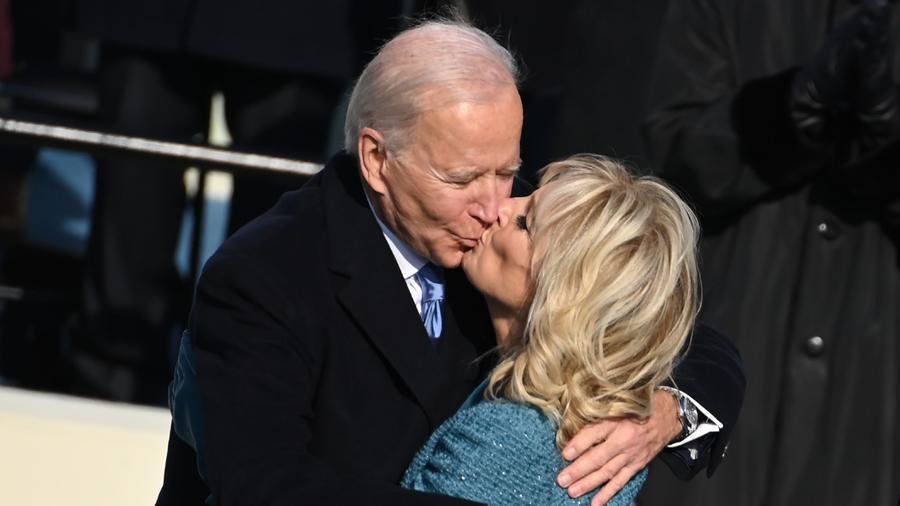 Joe Biden besando a su esposa Jill Biden