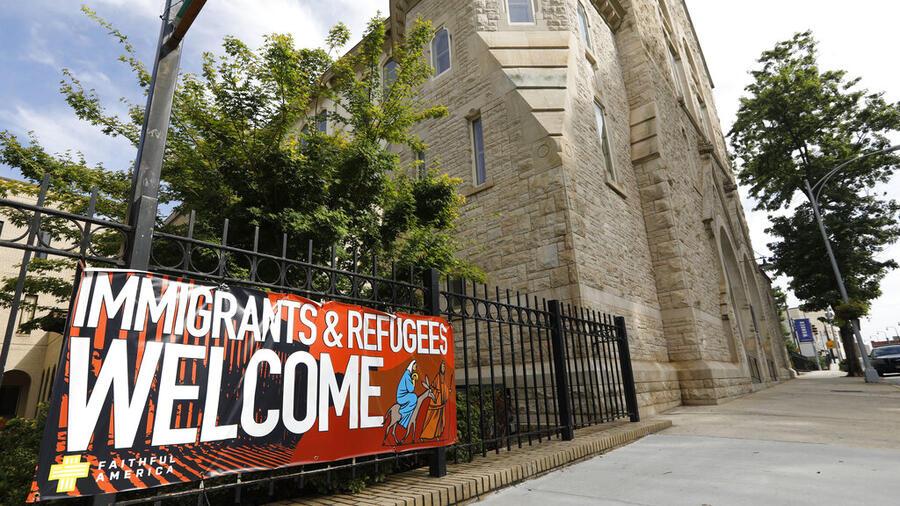 Un cartel da la bienvenida a los migrantes y refugiados afuera de una iglesia de Atlanta, Georgia.