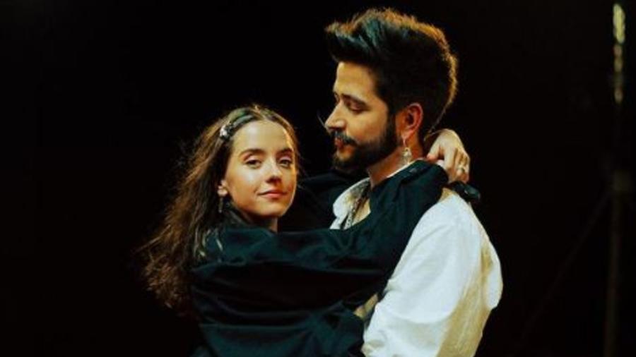 Camilo y Evaluna Montaner abrazados