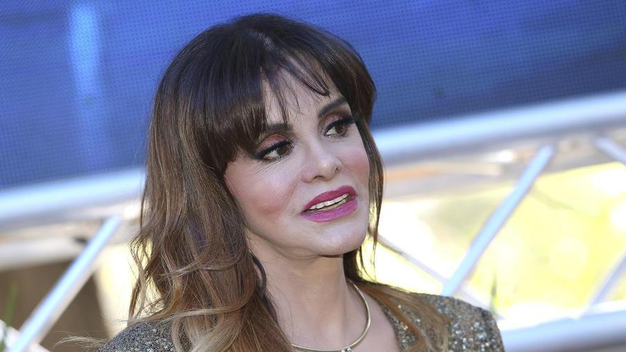 Lucía Méndez sonriendo de lado