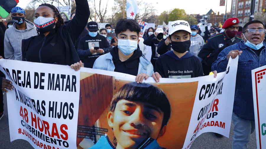 Manifestantes protestan por la muerte de Adam Toledo, este viernes en Chicago.