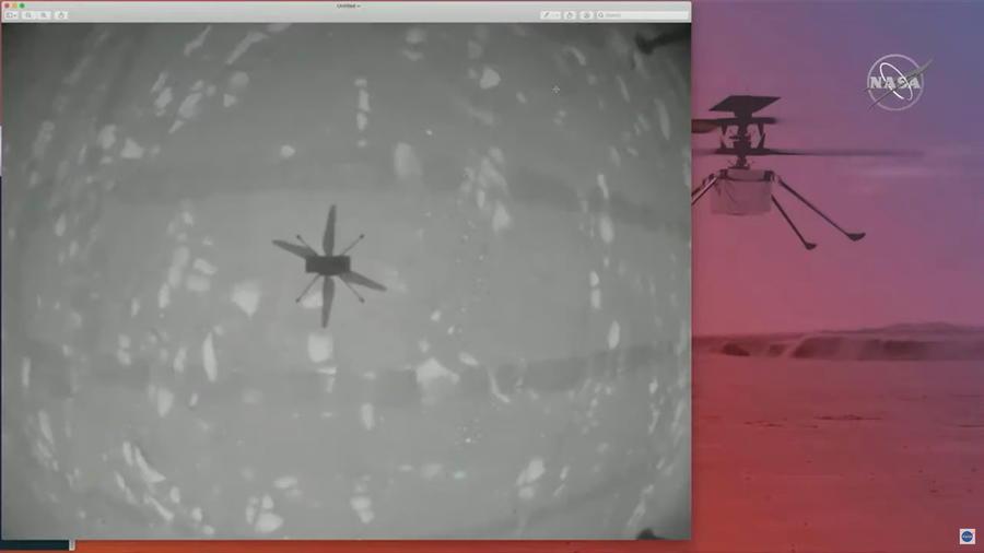 Imagen de la sombra del helicóptero de la NASA Ingenuity durante su primer vuelo en Marte.