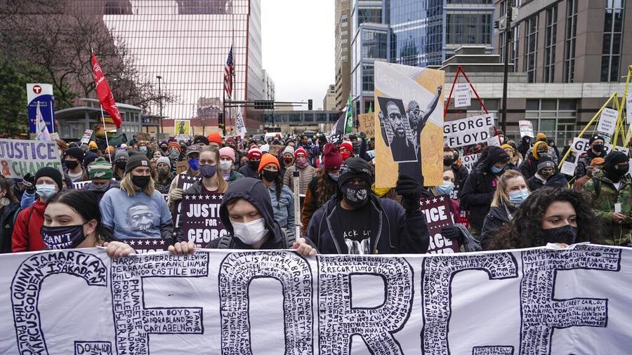 Decenas de personas protestan mientras se desarrolla el juicio contra Derek Chauvin por la muerte e George Floyd