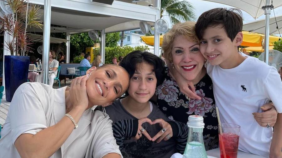 Jennifer Lopez con sus hijos y su mamá
