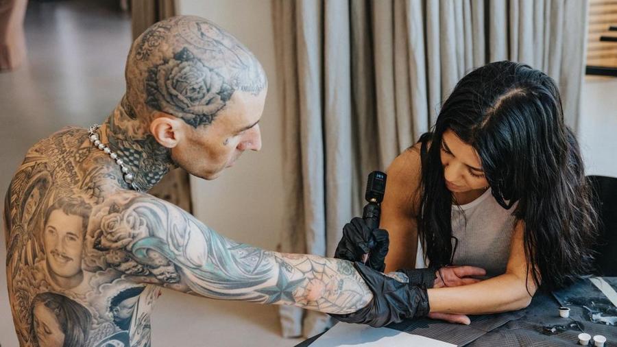 Kourtney Kardashian tatuando a Travis Barker