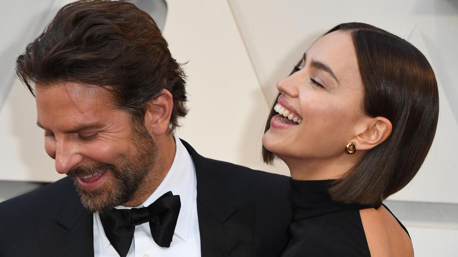 Bradley Cooper e Iirina Shayk juntos, sonriendo.