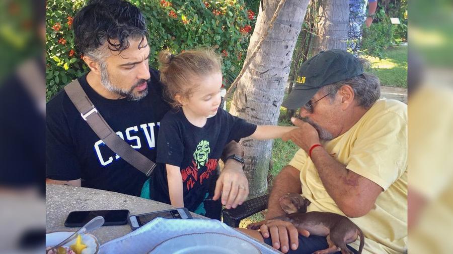 Jaime Camil y su papá en el jardín