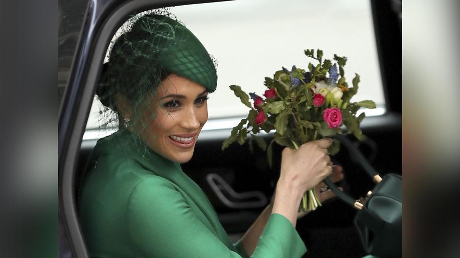 Meghan Markle con flores.