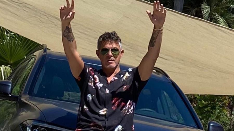 Alejandro Sanz posando con las manos arriba