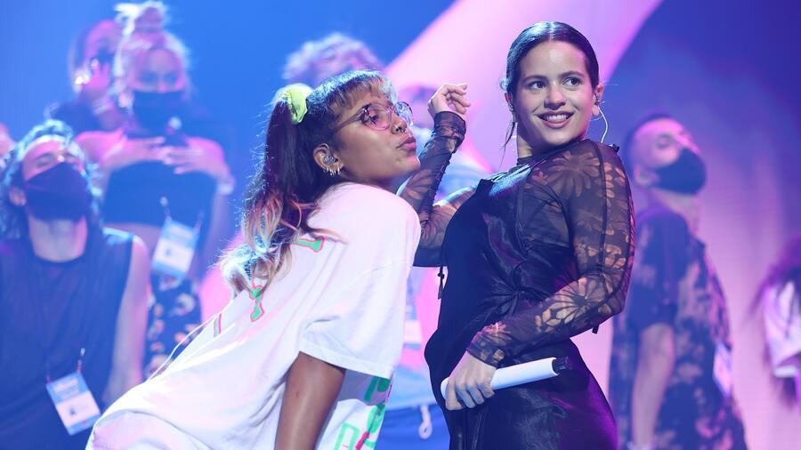 Rosalía y Tokischa en los de ensayos de los Premios Billboard de la Música Latina en el Watsco Center en Coral Gables, Florida