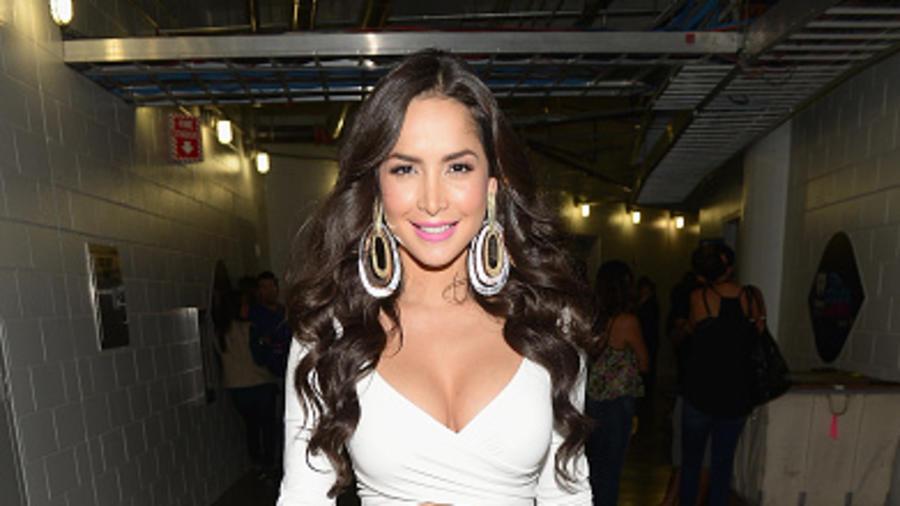 Carmen Villalobos detrás de cámaras en el iHeartRadio Fiesta Latina