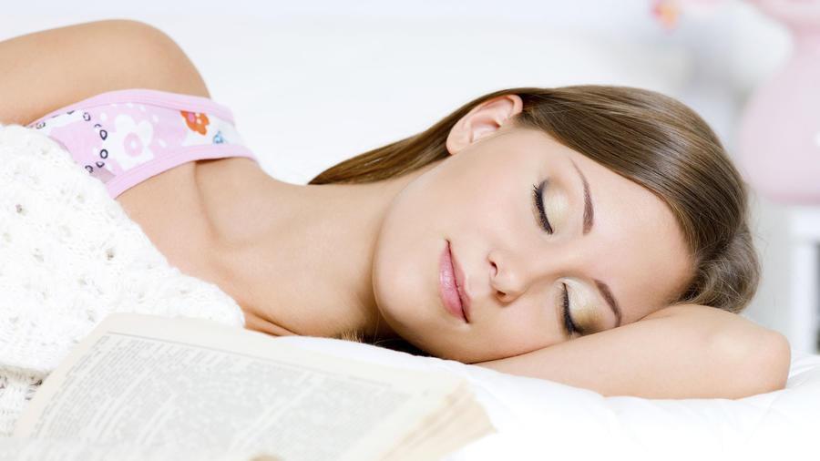 mujer sonando almohada