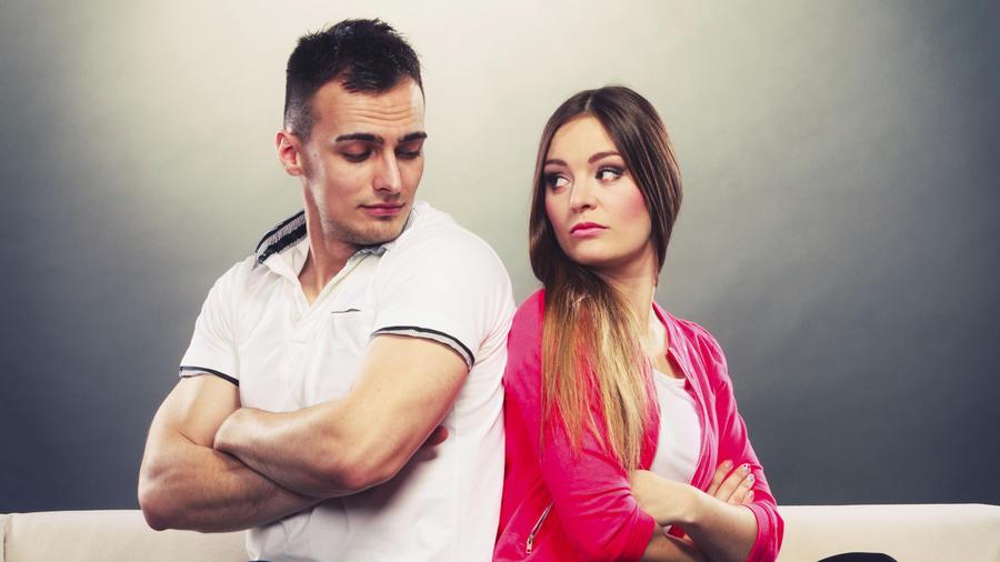 mujer y hombre peleados