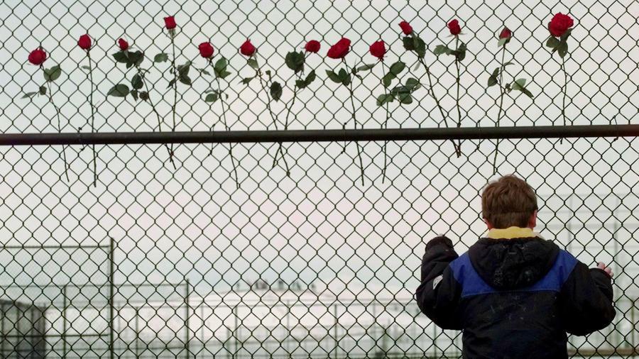 El 20 de abril de 1999, Eric Harris y Dylan Klebold, dos estudiantes de 18 y 17 años, mataron a doce estudiantes y a un profesor de la preparatoria Columbine, en Littleton, Colorado. Luego se suicidaron.