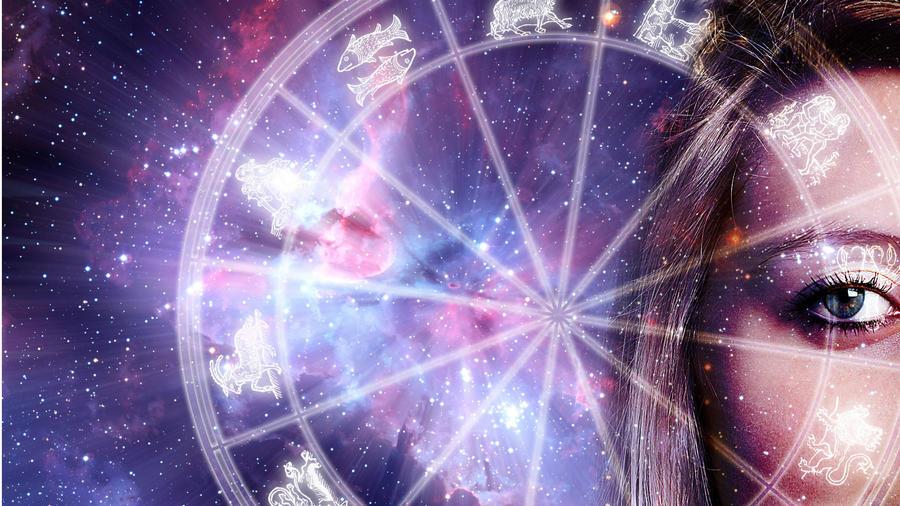 Círculo del zodíaco con una mujer del lado derecho