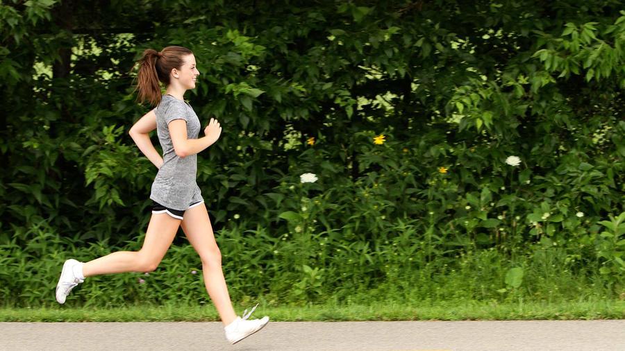 mujer corriendo de perfil