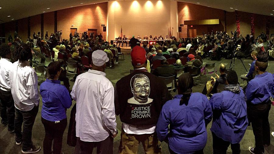 Mike Brown Sr., en el centro, escucha parte del tramo de comentarios del público durante una reunión del consejo municipal en Ferguson, el martes 9 de febrero de 2016, en Missouri, EEUU.