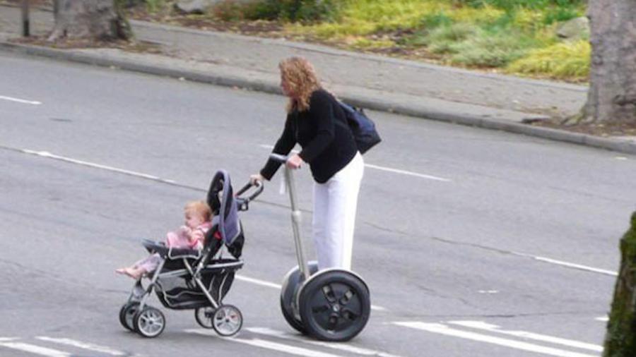 Madre en un Segway pasea a su hija en una carriola