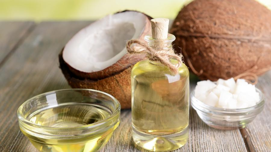 Aceite de coco frente a dos cocos naturales