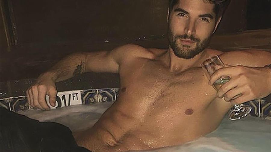Hombre en una tina con una copa