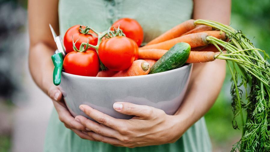 Mujer con bol de vegetales