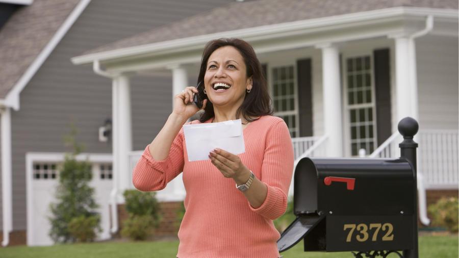 Mujer recibe carta