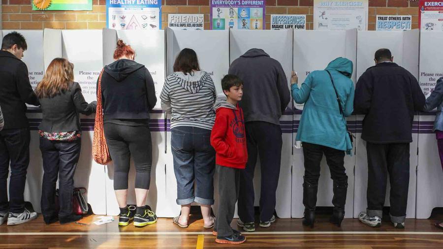 Votantes de espaldas