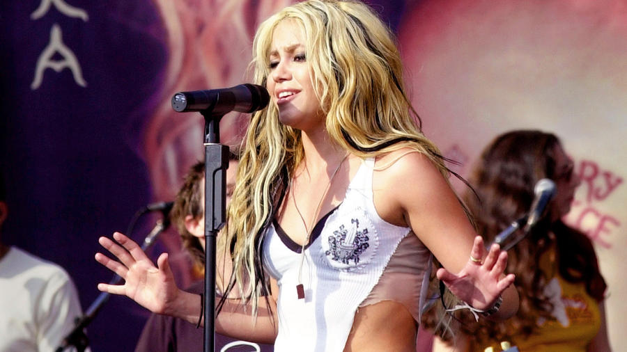 Shakira Performing At Tower Records Sunset In Support Of Her Album Laundry Service