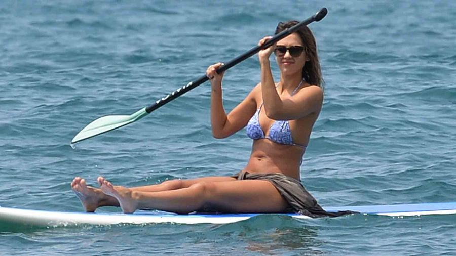 Jessica Alba haciendo paddleboard en Hawaii