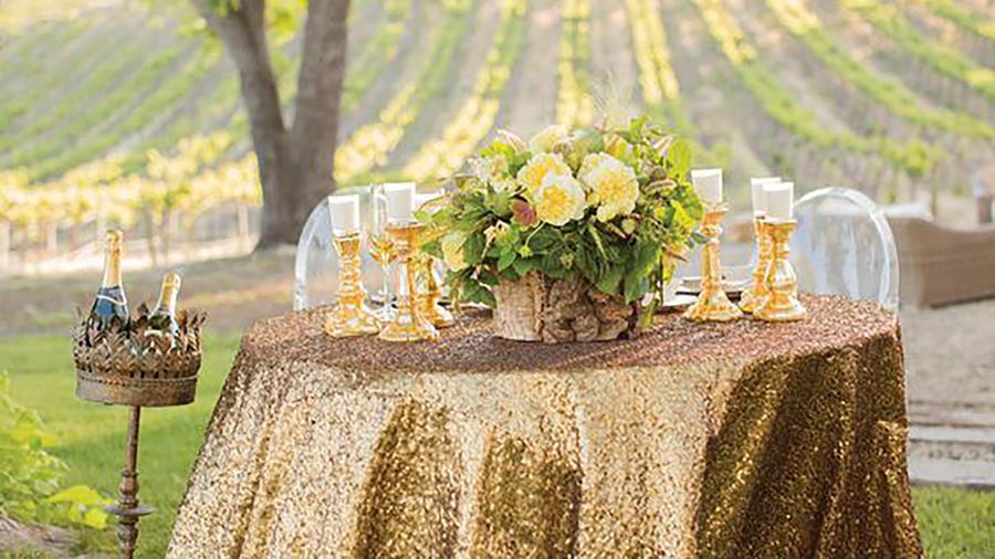 Mesa con mantel dorado al aire libre