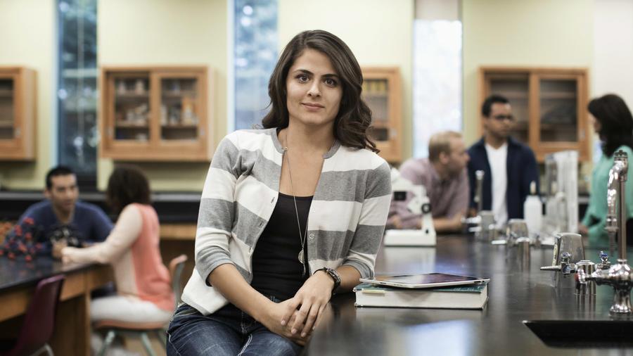 Mujer estudiante en laboratorio