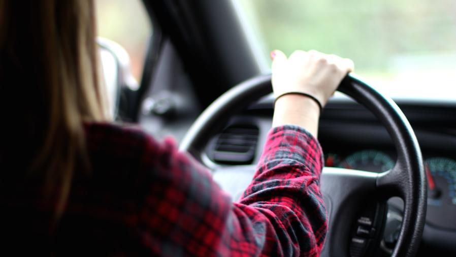 Mujer conduciendo carro
