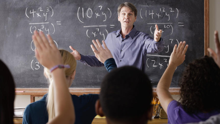 Profesor de matemáticas motivando estudiantes