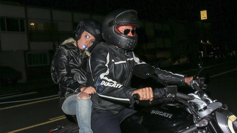 Bradley Cooper pasea a Lady Gaga en su moto