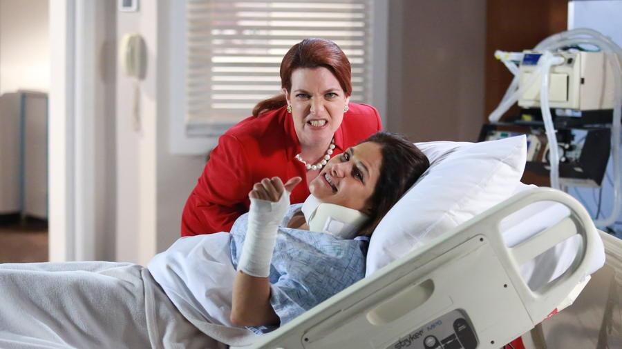 Katie Barbieri, Vanessa Bauche posando en la cama del hospital en Eva la Trailera.