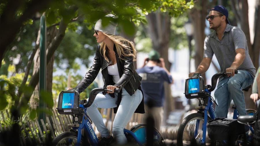 Leonardo DiCaprio se pasea en público con su nueva novia Ela Kawalec