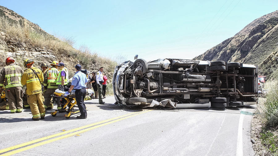 Accidente de bus de turistas deja al menos 24 heridos en las montañas de San Bernardino, California