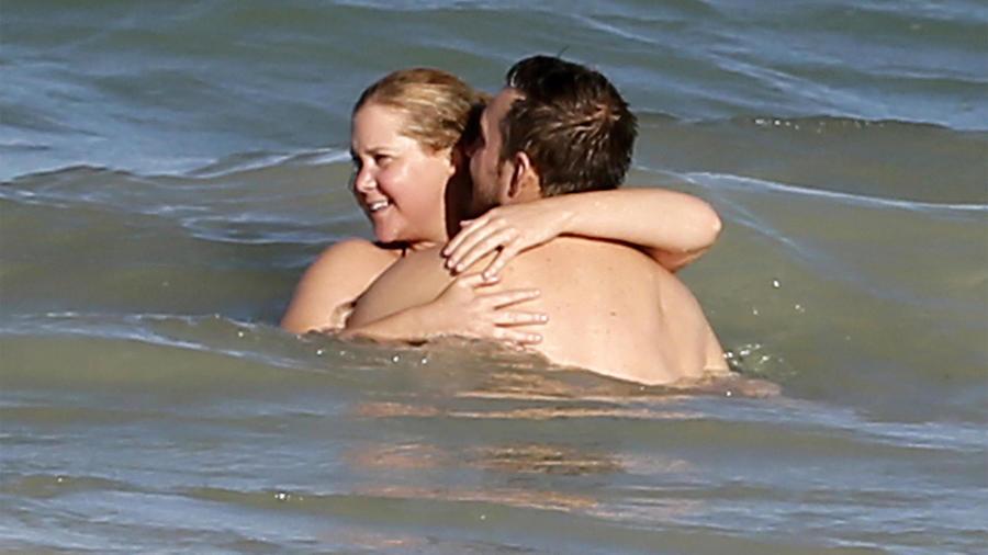 Amy Schumer y su novio, muy amorosos en Hawái