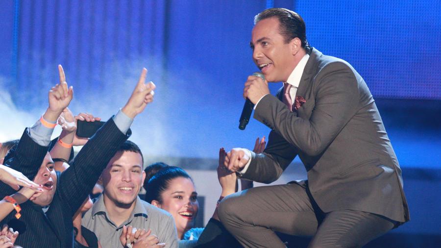 Cristian Castro interactuado con el público en Premios Tú Mundo 2013
