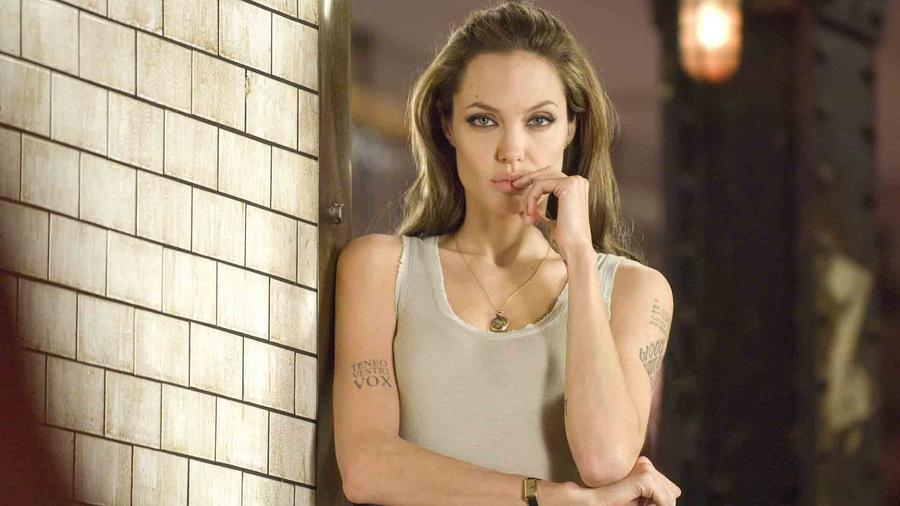 "Angelina Jolie interpretando a Fox en ""Wanted"""