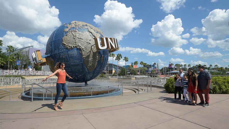 Patricia Manterola con los seis finalistas de La Voz Kids 2016 en Universal Orlando