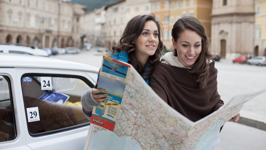 Dos jóvenes mirando un mapa