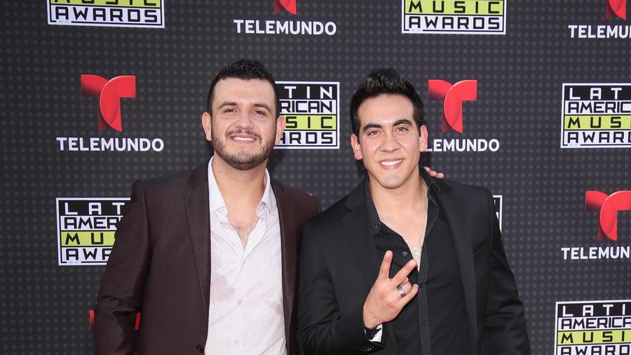 Eden Munoz y Armando Ramos de Calibre 50 en los Latin AMAs 2015.