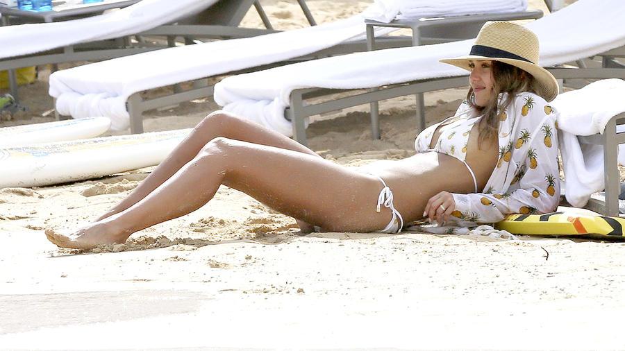 Jessica Alba disfrutando de sus vacaciones en Hawái.