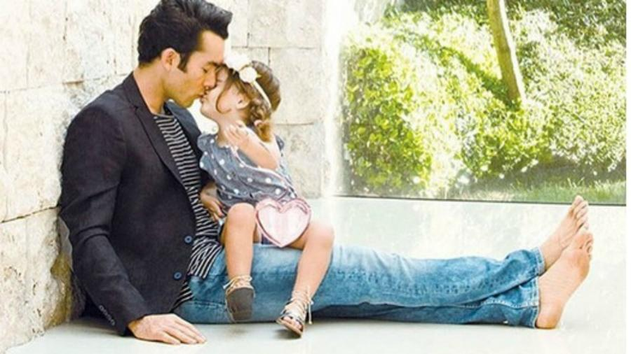 Aarón Díaz besando a su hija