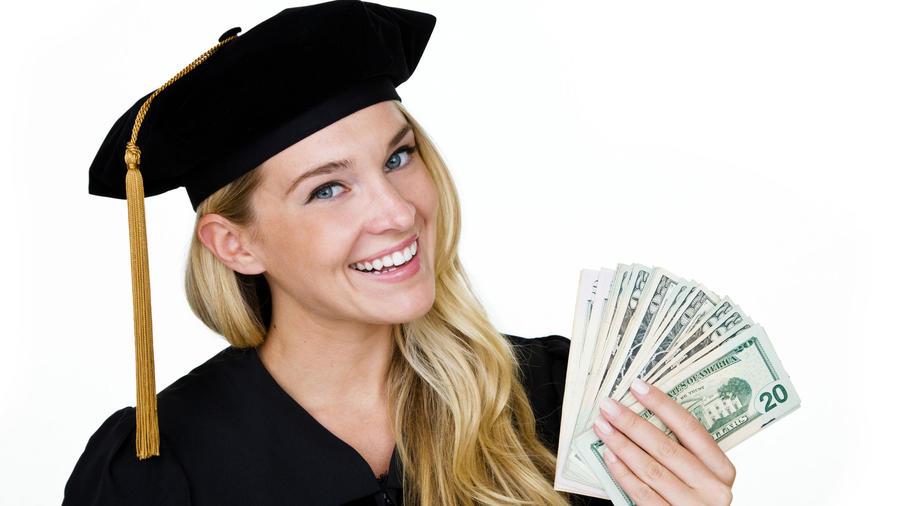 Graduada universitaria con billetes de dólar