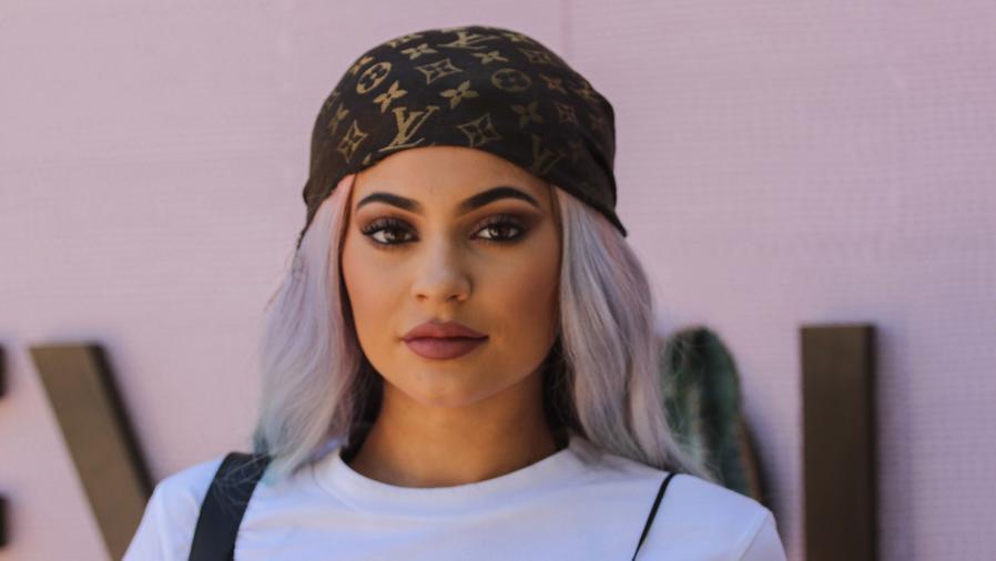 Kylie Jenner con cabello de colores en un evento de Revolve.