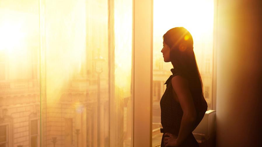 Mujer empresaria mirando por la ventana