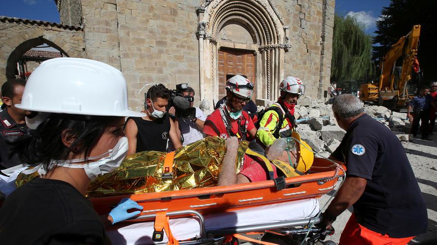 Rescatistas en Amatrice, Italia, devastada por un terremoto en la madrugada del 24 de Agosto del 2016